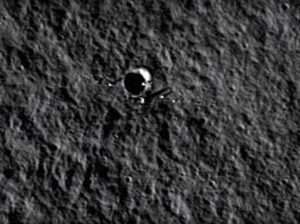 Уфологи нашли на Луне огромный черный НЛО (ВИДЕО)