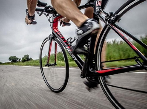 В Ставропольском крае велосипедист облил двух девушек кислотой