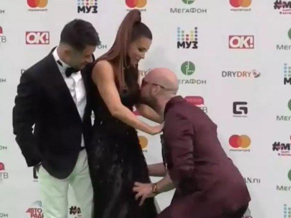 YouTube ВИДЕО: пранкер попытался сорвать платье с Ани Лорак на премии МУЗ ТВ