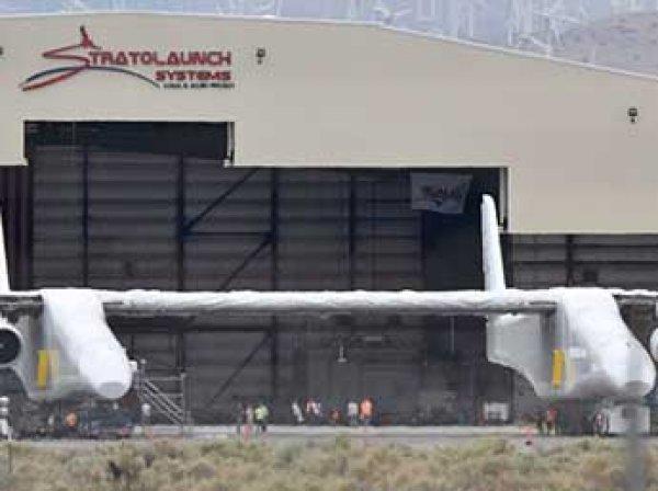 В США выкатили из ангара самый большой самолет в мире весом 230 тонн (ФОТО, ВИДЕО)