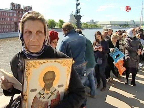 Очередь к мощам Николая Чудотворца в Москве сегодня 28.06.2017 начинается на Пушкинском мосту