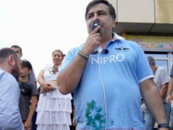 В Кривом Роге Саакашвили закидали яйцами и облили зеленкой
