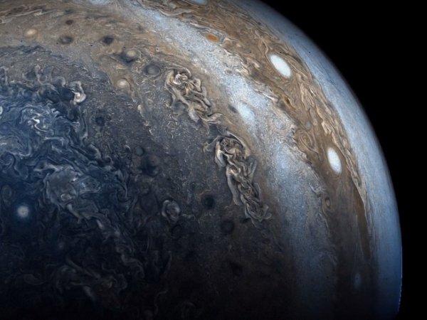 На YouTube показали ВИДЕО пролета над гигантскими ураганами Юпитера