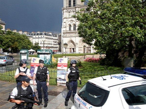 """""""Это за Сирию!"""": у собора Нотр-Дам в Париже мужчина с молотком напал на полицейских"""