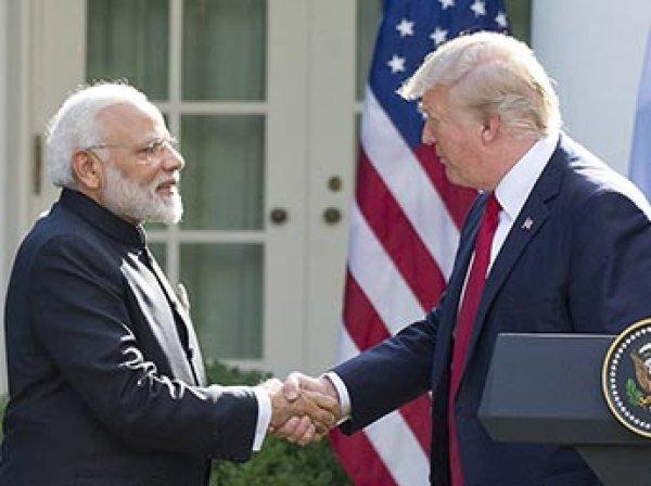 """СМИ: премьер Индии удивил Трампа """"медвежьими объятьями"""" (ВИДЕО)"""