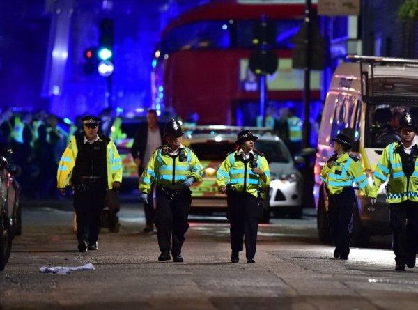 Теракт в Лондоне сегодня: фургон врезался в прохожих, нападение в ресторане - есть жертвы (ФОТО, ВИДЕО)