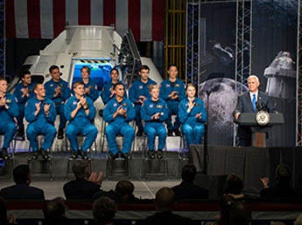 NASA представило 12 астронавтов, которые первыми полетят на Марс