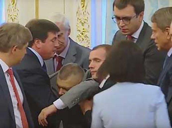 Порошенко уволил главу погранслужбы, который упал в обморок перед Лукашенко (ВИДЕО)
