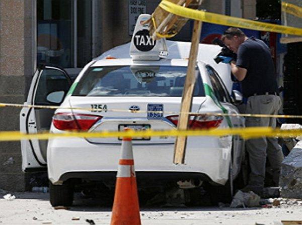 В аэропорту Бостона автомобиль врезался в толпу