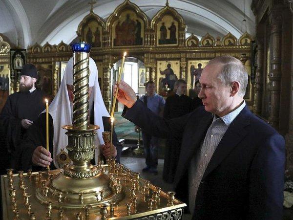 На ФОТО из Коневского монастыря рядом с Путиным заметили женщину