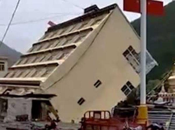 В Китае из-за наводнения пятиэтажка рухнула в воду и уплыла