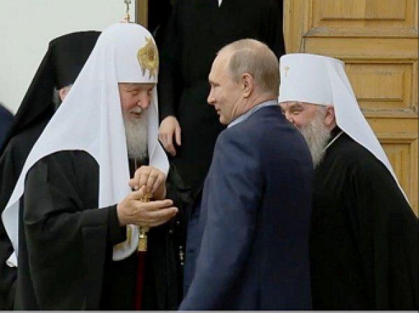 Путин дважды оттолкнул патриарха Кирилла на Валааме