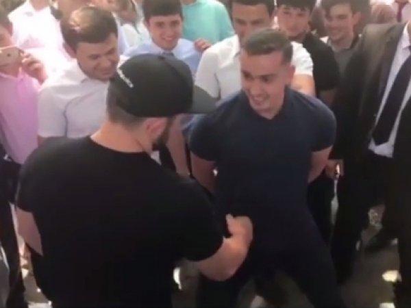 Российский боец Хабиб Нурмагомедов ударил болельщика по его просьбе