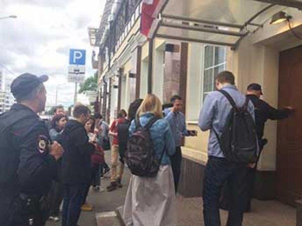Штаб Навального в Москве заблокировали силовики, идет обыск (ФОТО)