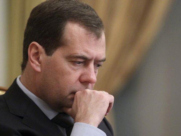 СМИ: Медведев перестал ездить в регионы из-за фильма Навального