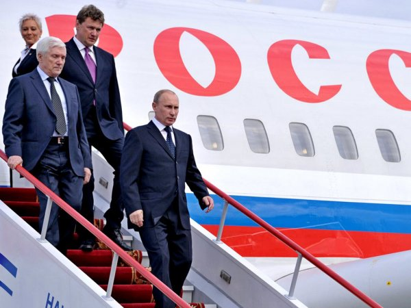 СМИ: в Финляндии в самолет Путина загрузили коробки с водкой и французским коньяком