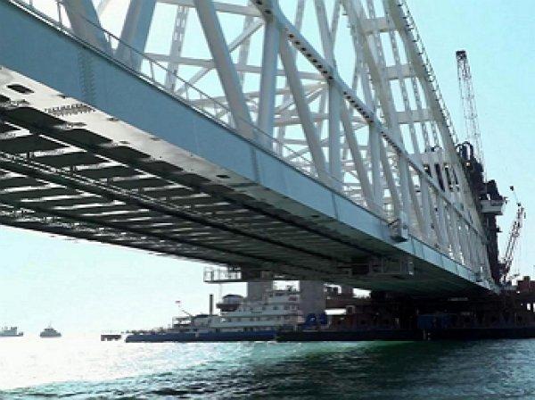 Под железнодорожной аркой Крымского моста впервые прошло судно