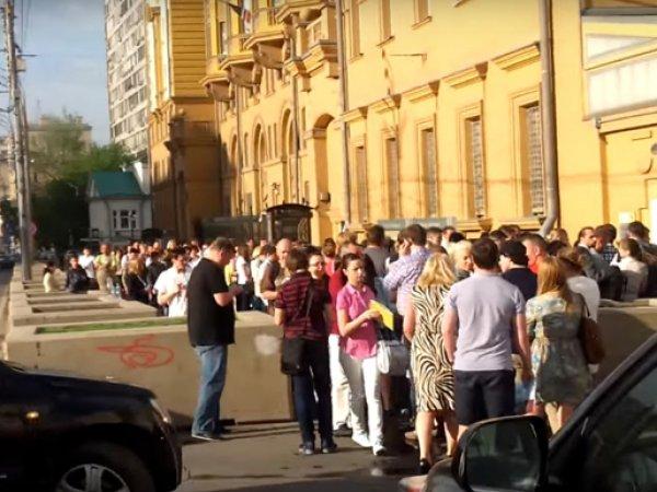 Фото огромной очереди у посольства США в Москве оказалось фейком