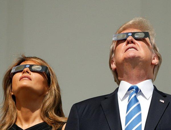 Наблюдающего за солнечным затмением Трампа высмеяли в соцсетях (ФОТО, ВИДЕО)