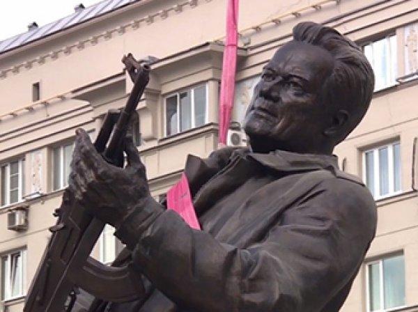 """""""За это надо бить, больно и прилюдно!"""": на памятнике Калашникову нашли позорный ляп (ФОТО)"""