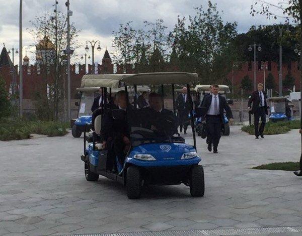 "На открытие парка ""Зарядье"" Путин подвез Собянина из Кремля на электрокаре (ВИДЕО)"