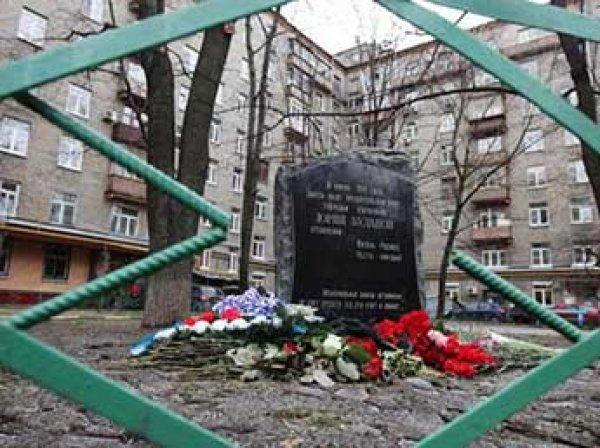В Москве женщина в хиджабе бросила бутылку коктейля Молотова в мемориал полковнику Буданову