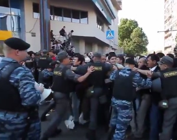 Навальный выложил в Сеть видео прорыва оцепления на Курбан-Байрам в Москве