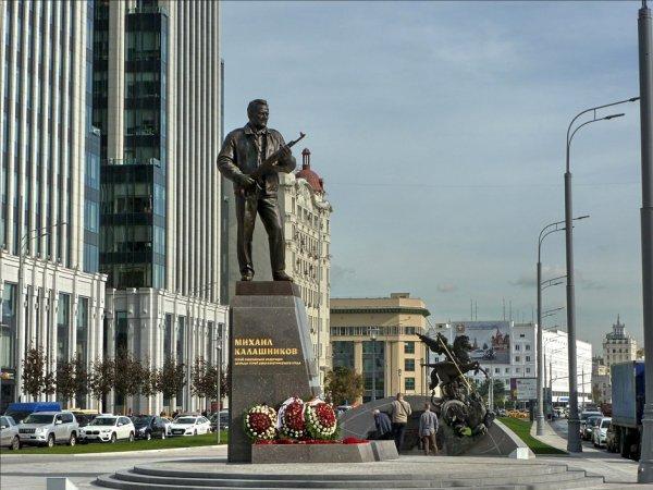 После скандала в Сети с памятника Калашникову уберут схему немецкого автомата