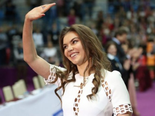 Кабаева произвела фурор на юбилее Кобзона. Юбиляра со сцены поздравил Путин (ВИДЕО)