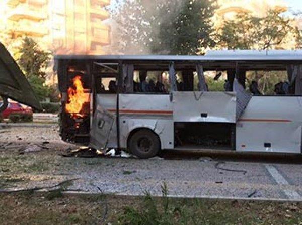 Мощный взрыв прогремел в Турции у автобуса с полицией