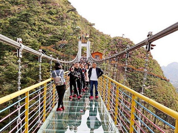 Легендарный стеклянный мост в Китае «треснул» под ногами туристов
