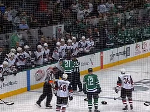 YouTube насмешило видео нелепой драки игроков НХЛ