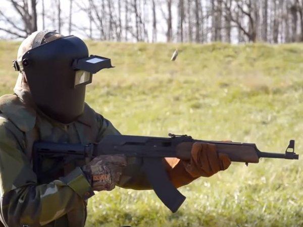"""YouTube позабавило ВИДЕО, как американец попытался """"сломать"""" автомат Калашникова на стрельбище"""