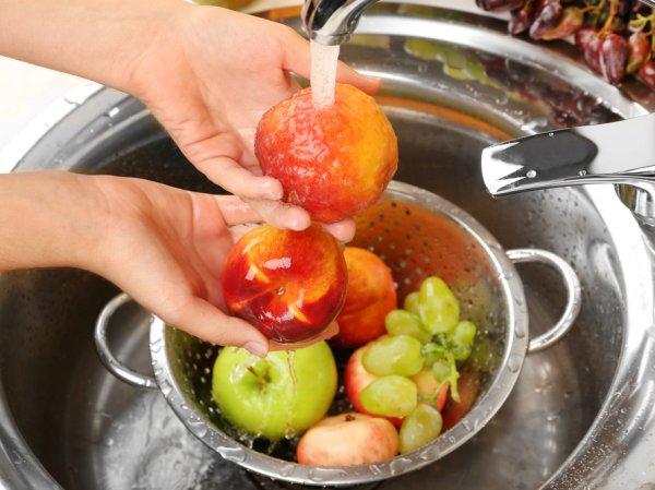 Ученые рассказали, как нужно мыть фрукты