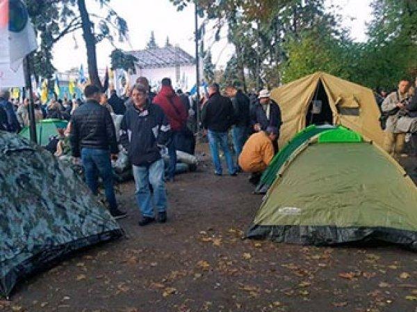 Митингующие в Киеве окружили Раду десятками палаток