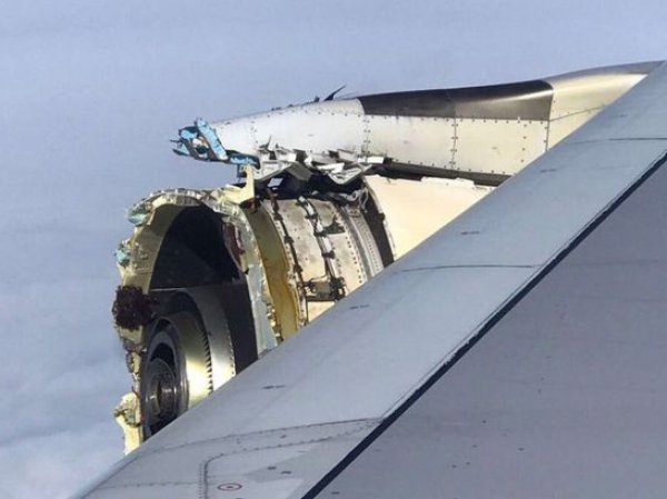 У самолета с 500 пассажирами на борту прямо во время полета начал разваливаться двигатель