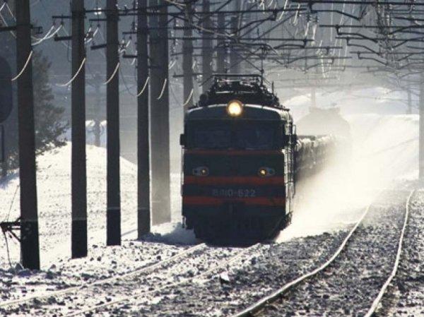 На Урале товарный поезд протаранил автомобиль