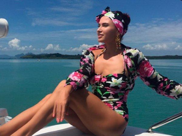 Эвелина Бледанс опубликовала фото с молодым мускулистым красавцем на яхте