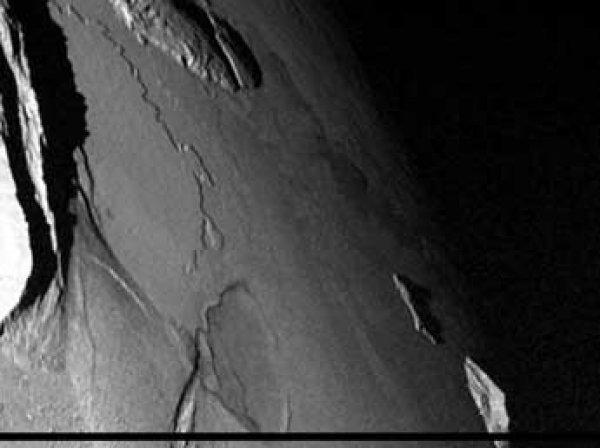 Ученые нашли на спутнике Юпитера загадочный НЛО в виде сигары (ФОТО)