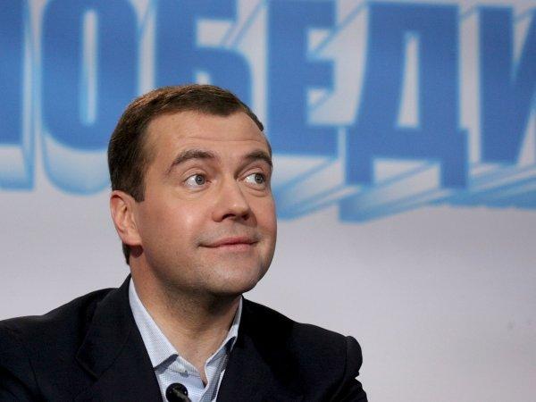 Медведев предложил самозанятым гражданам платить 10 000 рублей в бюджет