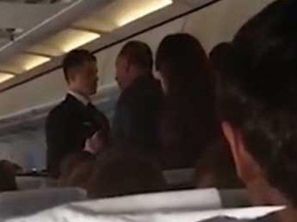 На рейсе в Екатеринбург пассажира за дебош приклеили скотчем к креслу