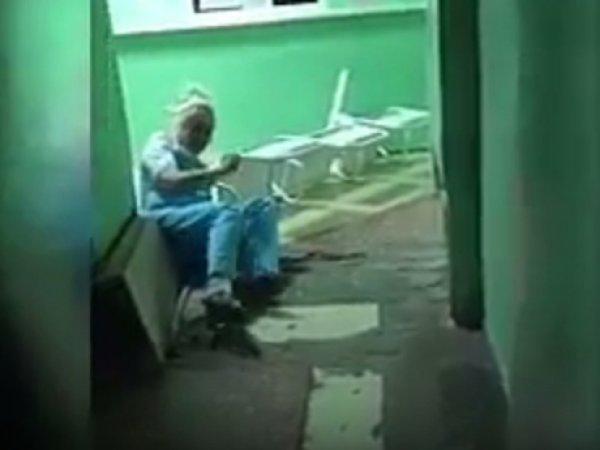 """В Омске """"пьяная"""" медсестра из травмпункта попала на видео"""