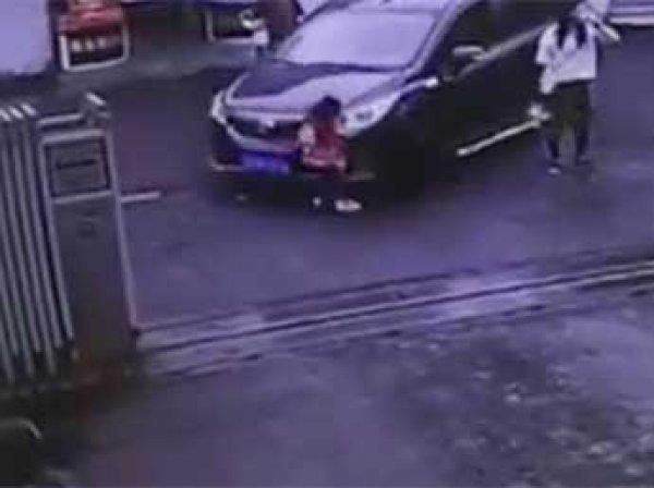 В Китае мать увлеклась кофе и не заметила, как ее трехлетнюю дочь сбила машина