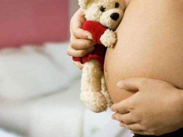 12-летняя школьница из Омска забеременела от собственного отца