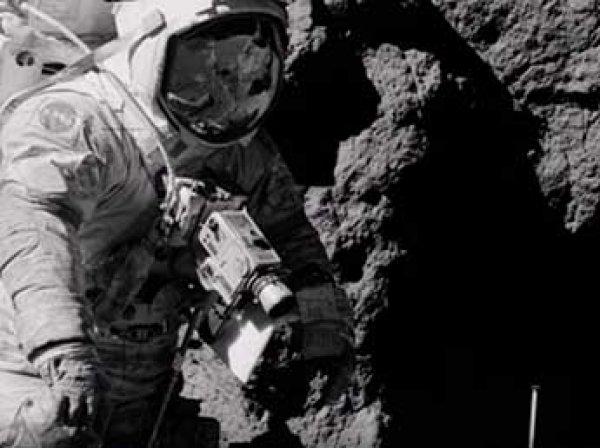 Блогеры разглядели на лунных фото NASA человека без скафандра