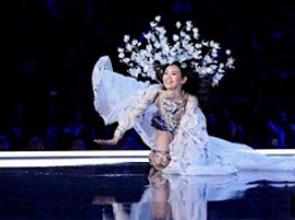 """Китайская модель упала во время показа Victoria""""s Secret в Шанхае"""