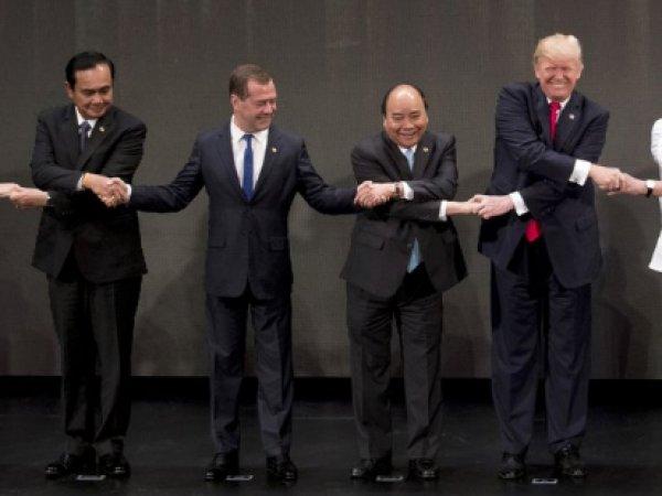 Медведев запутался во время рукопожатия на саммите АСЕАН