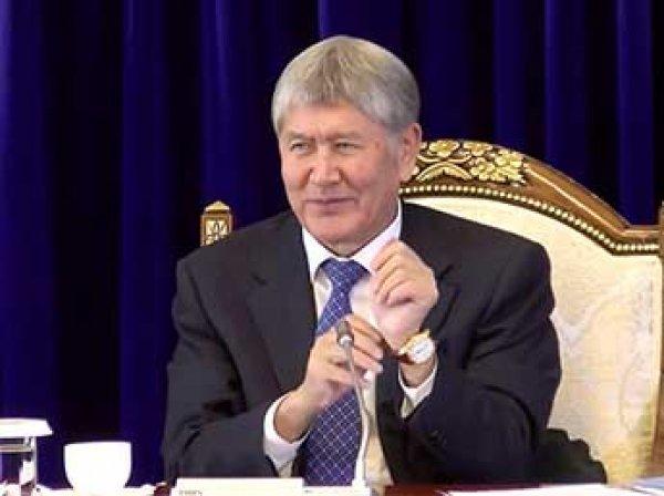 Президент Киргизии на пресс-конференции подарил часы журналисты после слов о вещем сне