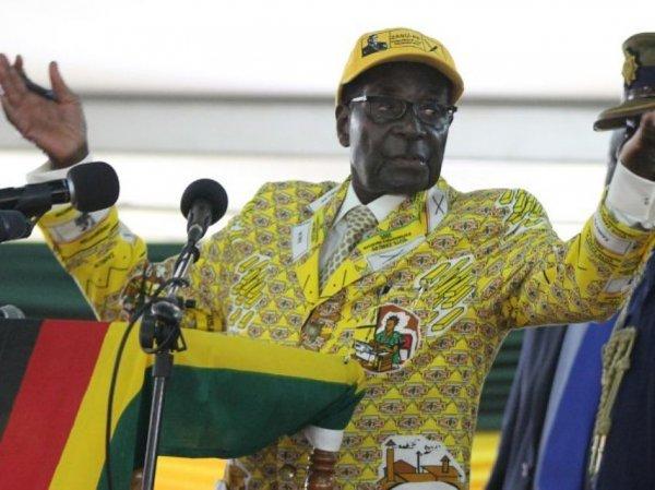 """СМИ узнали размер """"золотого парашюта"""" для свергнутого президента Зимбабве"""