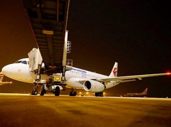 В Китае стюардесса выпала из самолета и сломала позвоночник